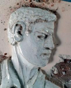 Leden van de Historische Vereniging Moordrecht hebben het reliëfbeeld 'De Zaaier' in De Rank gered van de slopershamer.