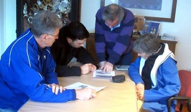 Panc Vink geeft de familie Langley uitleg over de geschiedenis van Moordrecht.