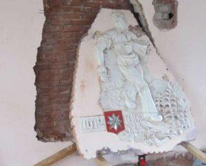 Vrijwilligers van het Moordrechtse bedrijfsleven en de historische vereniging hebben het wandreliëf 'De Zaaier' uit de voormalige basisschool De Rank gered van de slopershamer.