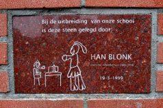Wandsteen met kindertekening in gevel van Jozefschool.