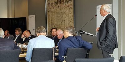 Actie behoud Snelle Sluis: r. G. Jan Arends spreekt de commissie integraal waterbeheer van het hoogheemraadschap toe.