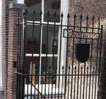 Monumentaal hek Dorpsstraat 58 terug op zijn plek