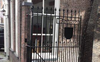 Moordrecht: monumentaal hek Dorpstraat 58 teruggeplaatst.