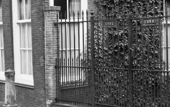 Moordrecht: monumentaal hek Dorpsstraat 58 teruggeplaatst.