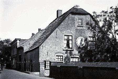 Moordrecht: huis met de zonnewijzer aan het Westeinde.