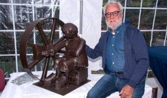 Ter gelegenheid van het 25 jarig bestaan van de Historische Vereniging Moordrecht schonk Aad de Wit een prachtig sculptuur van het beeldmerk.