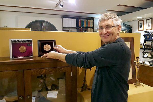 Henk van Kerkhof plaatst de Thank You-penning in de Oudheidkamer.