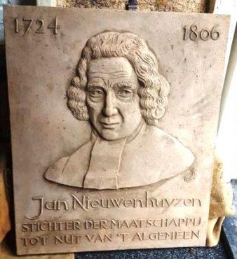 Historische Vereniging Moordrecht: beeldentuin Drost IJsermanpark: plaquette Jan Nieuwenhuyzen, oprichter Maatschappij tot Nut van 't Algemeen.