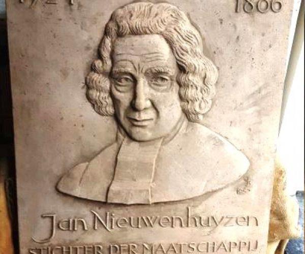 De plaquette van Jan Nieuwenhuyzen sierde vroeger het kleuterschoolgebouw aan de Sluislaan.