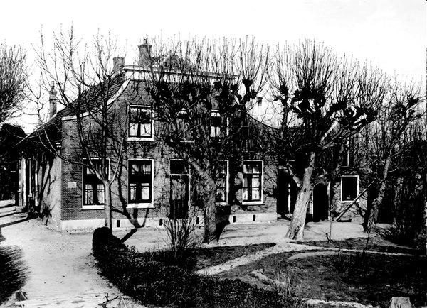 Het ouderlijk huis van Han de Knegt aan het Oosteinde. Het historische pand staat er nog steeds.