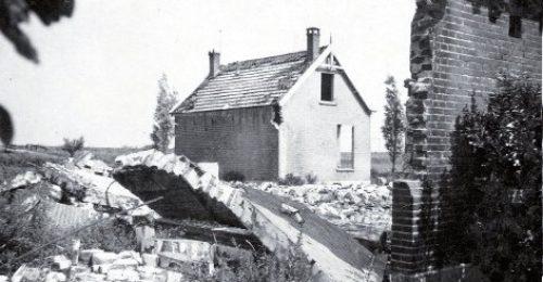 De ruïne van de boerderij na de brandstichting door de Duitsers.