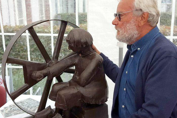 Aad de Wit met zijn beeld 'De Touwdraaier'. Het beeld is een eerbetoon aan de touwslagers en touwdraaiers van Moordrecht.