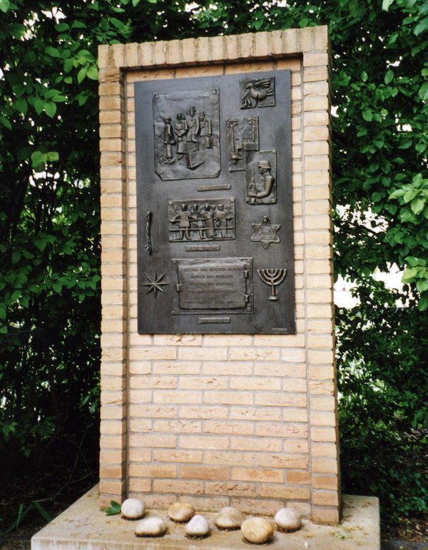 Plaquette ter herdenking van de Jodenvervolging in de Tweede Wereldoorlog.