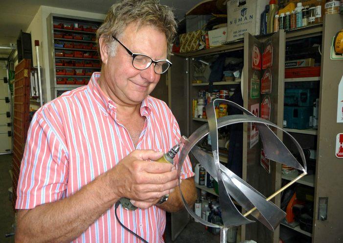 Ron van Savoijen aan het werk in zijn atelier.