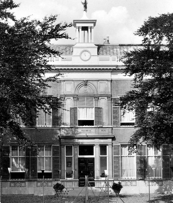Een oude foto van het toenmalige weeshuis.