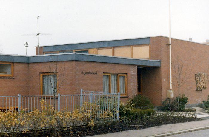 De voormalige Sint Josefschool aan de Leliestraat. Rechts is nog net het reliëf te zien.