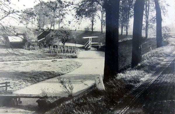 Historische Vereniging Moordrecht - Schielands Hoge Zeedijk tussen Gouda en Moordrecht.iëgangers in Oudheidkamer Het Weeshuis