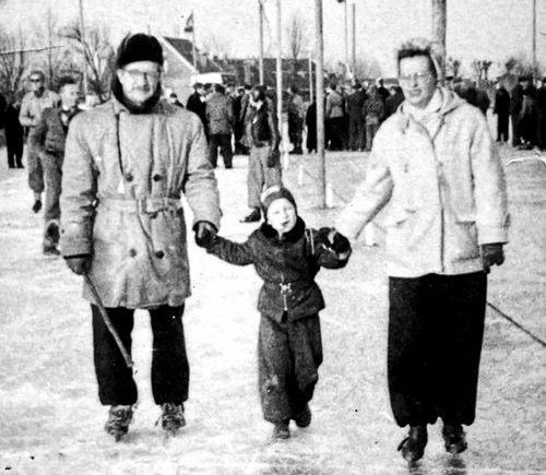 Het gezin Murphy op het Moordrechtse ijs. In het midden zoon Peter.