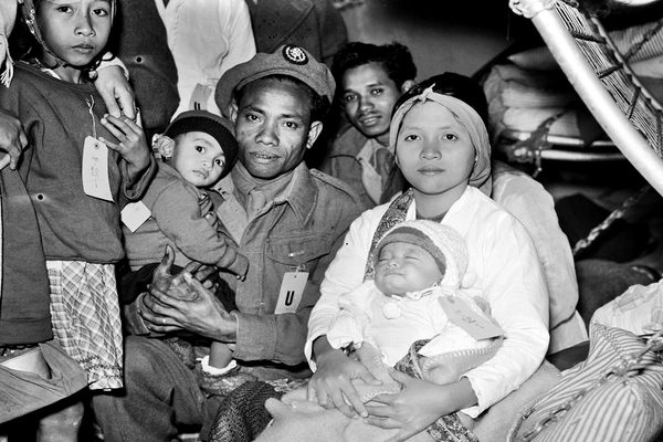 Moluks gezin onderweg naar Nederland in 1951.