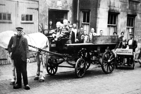 De volle melkbussen worden voorgereden bij het Posthuis.