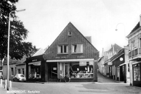 Moordrecht: de textielwinkel van Spek aan het Kerkplein. In de oorlog hield Johannes Jacobus een oorlogsdagboek bij.